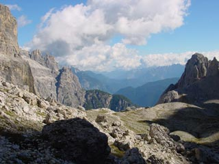 il Rif. Carducci posto sulla testata della Val Giralba, in discesa dall'omonima forcella