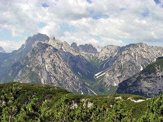 La Val de le Cianpedèle nel gruppo dei Cadini, ripresa ai piedi dei Campanili di Val dei Toni)