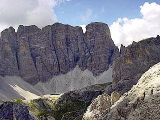 La superba muraglia orientale della Croda dei Toni dal punto più a S della ferrata, in vista del Rif. Carducci