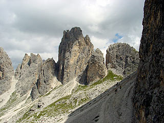 Le  Tre  Cime  di  Lavaredo,  in  discesa verso Forc. Longères