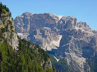 Il Gruppo della Croda dei Toni dall'alta Val d'Onge; al centro la Val del Màrden e, a d., l'omonima Pala