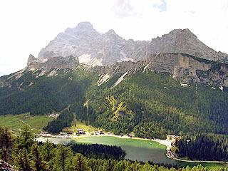 Il Lago di Misurina sovrastato dalle omonime Pale; sullo sfondo Cristallo, Piz Popena e Cristallino di Misurina