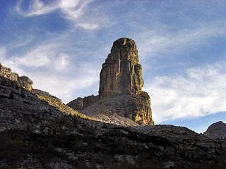 La splendida Torre dei Sabbioni dalla testata della Val di S. Vito