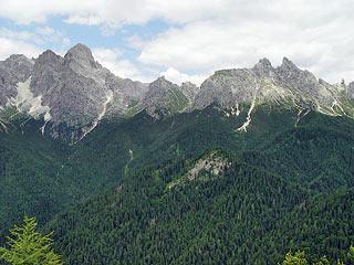 La  Croda de la Madòna (al centro in primo piano) lungo i cui versanti meridionali risale il sent. segn. 248