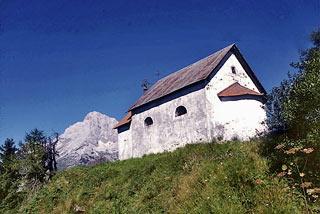 La chiesetta di S. Dionisio, sullo sfondo dell'Antelao