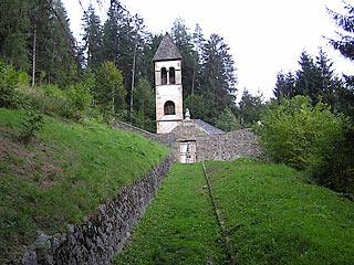 La Chiesa Vecchia di Nebbiù, all'inizio del sentiero