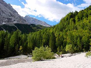 A lato della Capanna degli Alpini, all'inizio della salita al Rif. Galassi