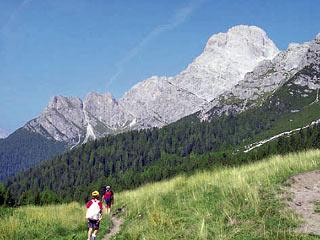 La Croda Bianca e la digradante Cresta d'Aieron a quattro passi dal Rif. Baión