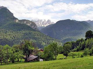 La Val Talagóna con lo sfondo degli Spalti di Tóro, dalla borgata di Deppo
