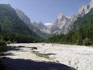 All'inizio della Val Baión; al centro il M. Peronat mentre sulla d. svetta l'appuntita Croda Bianca)