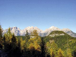 Poco prima di giungere alla Grava Bianca: Crode de la Mandria e, sullo sfondo, le Dolomiti di Auronzo