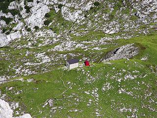 Rif. e Biv. Tiziano dal sentiero di salita alla cresta del Taco del Todésco