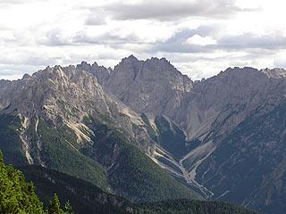 Dai Mède del Tudaio il M. Miarón si confonde con l'omonima dirupata cresta; al centro il M. Cridola