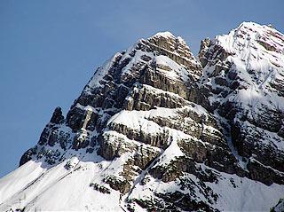 il M. Miarón da Lozzo di Cadore; il ricovero si trova a sin., ai piedi della fiancata baranciosa coperta dalla neve