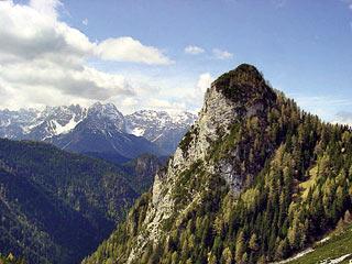 Il  Col de Staréza, alla d. del quale si trova l'omonima forcella, dal sent. segn. 328 poco dopo il bivio col segn. 330