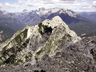 Dalla cima dello Schiavón verso il M. Tudaio e la C. Bragagnina; sullo sfondo le Dolomiti di Auronzo