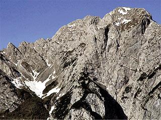 Il versante orientale del Crìssin con il Ciadìn Áuto, dove si trova il Biv. Ursella-Zandonella