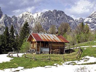 ... la bella baita posta sulla C. di Camporosso; sullo sfondo la Cresta dei Castellati)