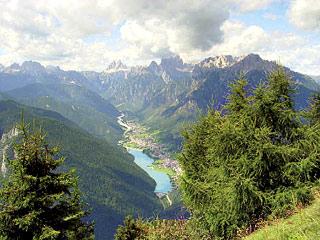 La Val Ansiei, poco prima del Col Muto, incoronata dalla Dolomiti di Auronzo