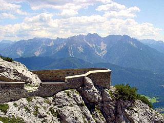 difese perimetrali del sistema fortifcato del M. Tudaio; sullo sfondo le Dolomiti d'Oltrepiave