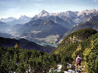 dal Cadìn de Montanèl verso il Col de l'Èlma ed il lontano fondovalle