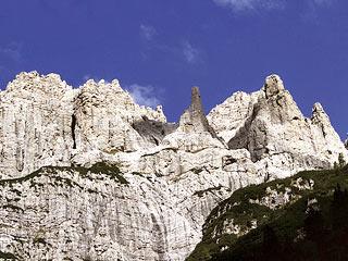 Il versante meridionale del Crìdola, con l'omonimo Ago, salendo a Forc. Scodavacca