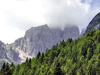 Punta Cozzi e Punta Savorgnana fra le nuvole; a sin. la Forc. Fossiana