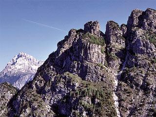 Le Pale da Lau (nello sfondo l'Antelao) dall'Albergo de la Grava