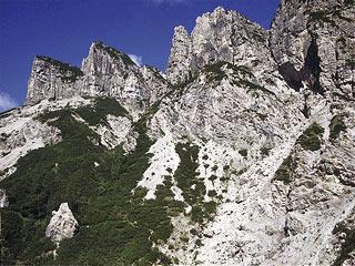 dai pressi del Biv. Gervasutti, in direzione dei versanti meridionali degli Spalti di Tóro