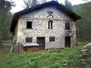 La baita in pietra che si costeggia entrando in Val Ciarnèra