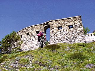 la piccola porta nel muro di cinta da cui si accede al complesso fortifcato del M. Tudaio