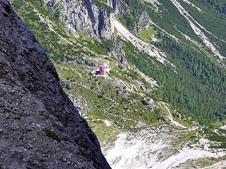 Dalla Forc. tra le Guglie de Stalàta verso il Valón Popera (versante Comelico); si intravvede il Rif. Berti