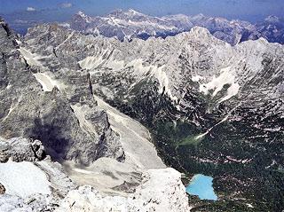 il lago del Sorapìss, sovrastato dalle pareti della Cesta, dalla costa della Croda del Fógo